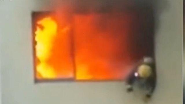 烈火吞噬消防員 他燒成火球跳樓...