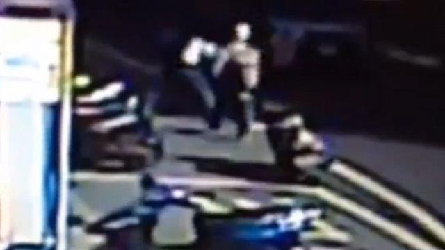 大馬路上警匪追逐 連滾帶爬當街扭打