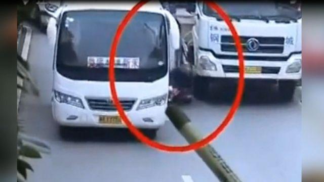 騎士遭兩車左右夾擊 倒地後被輾斃