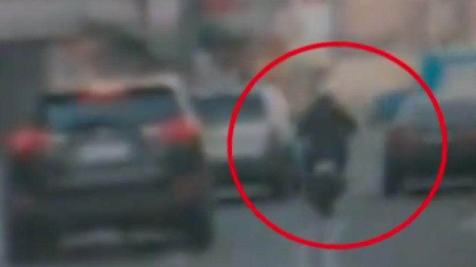 別鑽啦!車陣中亂鑽 騎士遭對向來車撞飛