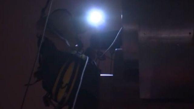 驚險!蜘蛛人深夜爬101外牆架焰火