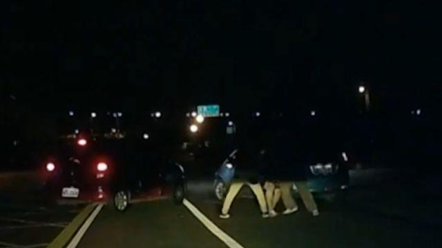 疑私人糾紛 男遭拖出車外公然毆打