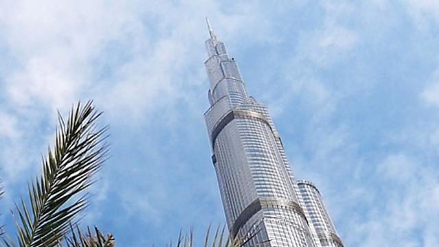頂尖對決!杜拜哈里發塔電梯vs.跑車