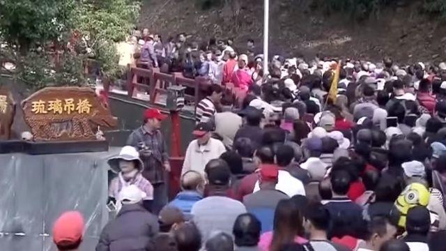琉璃橋排隊火大 遊客大吵險動手
