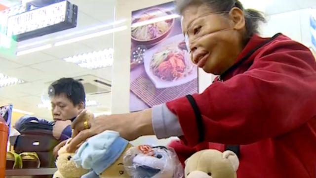重度灼傷一眼失明  阿嬤賣娃娃過活