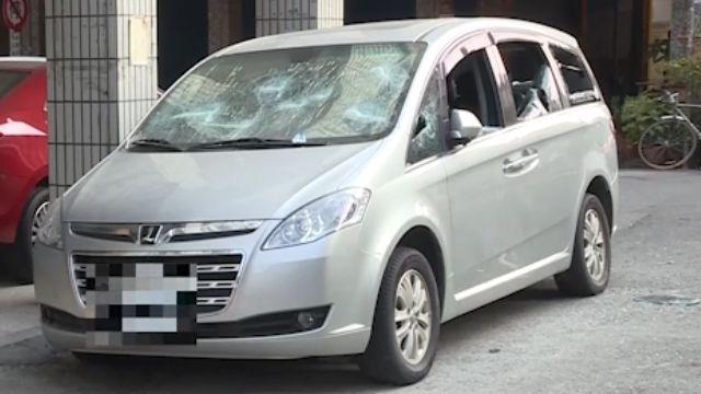 街頭直擊!男子猛砸車 擋風玻璃全砸碎