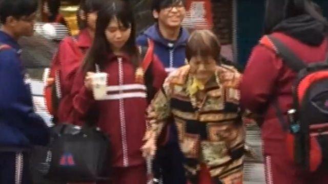 台灣最美風景!國中6生扶阿嬤過馬路