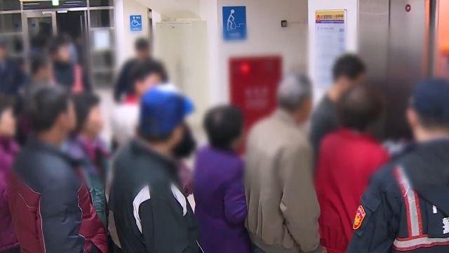 旅遊賄選?400名老人遭偵訊 電梯險當機