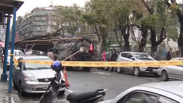 立委辦活動鐵架未拆 遭撞倒壓5車