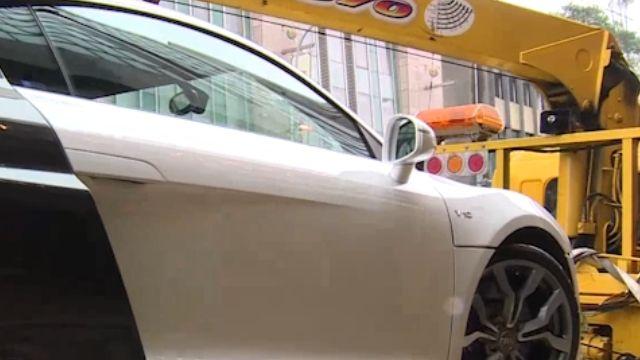 千萬超跑轉彎「爆胎」 撞爛路邊計程車