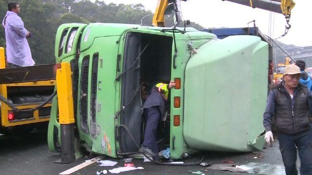 聯結車兩節式車體 急煞易造成貨櫃翻覆