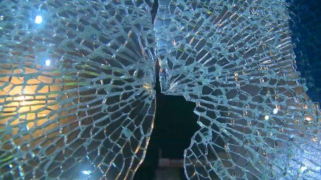 砰! 家具行落地玻璃全都碎 遭槍擊?