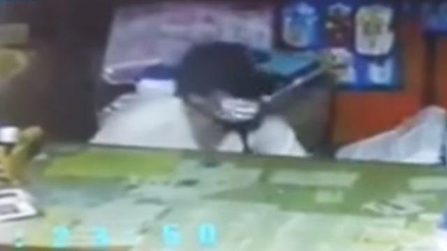 竊賊侵入賣場 整台收銀機捧著走