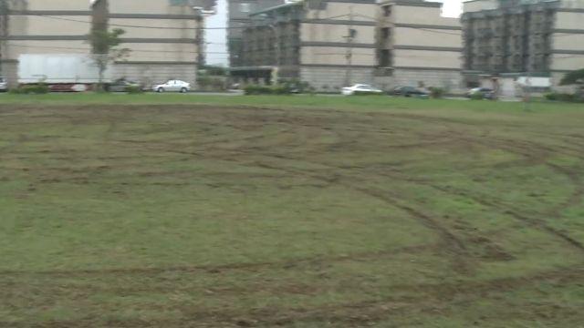 球場當練車場 男子甩尾壓壞草坪惹怒居民