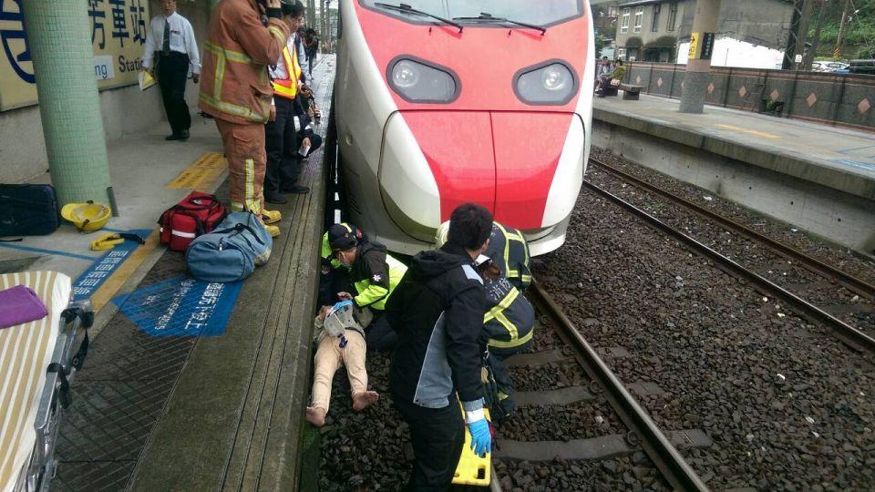 乘客墜軌遭火車撞 卡車底緊急搶救