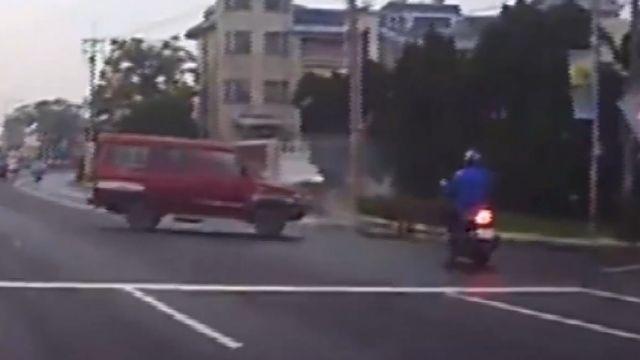 半路殺出廂型車 騎士撲街慘摔 肇事駕駛走了