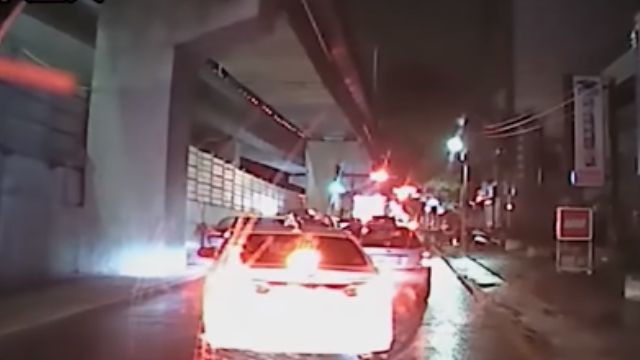 下雨視線差! 拼裝車遭追撞 直接側翻壓駕駛