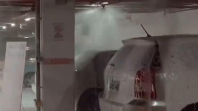  駕駛撞壞消防系統  賣場停車場成泡泡池