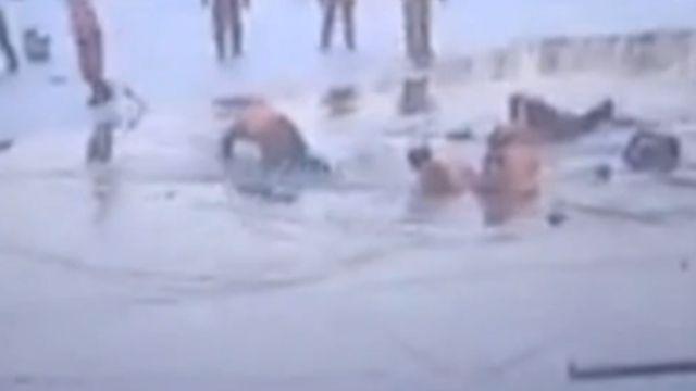 驚險!冰面瞬間碎裂 20冰釣者摔墜河