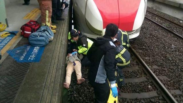 重心不穩「墜月台」 男子躺枕木空隙間逃死劫