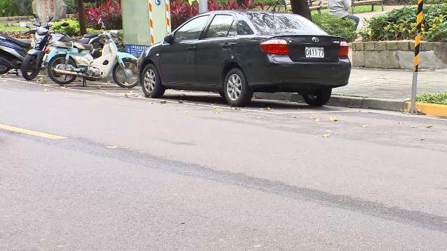 尷尬!婦人報案車遭竊 一查發現車在前面