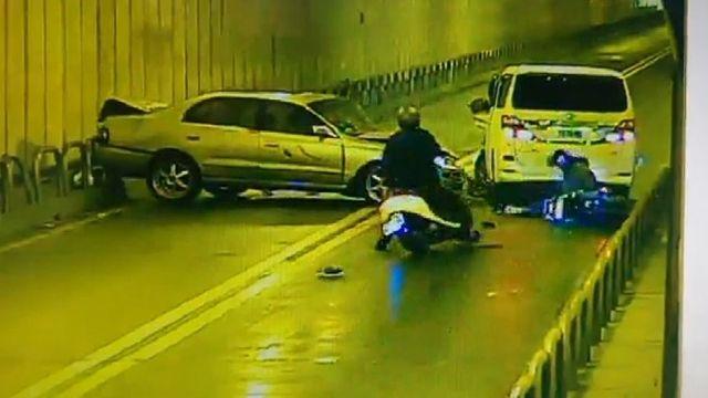 小客車「隧道逆撞」對向車 2騎士閃避摔車