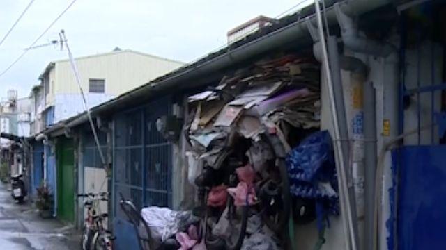 家有惡鄰? 門口堆積廢棄物 進出都用爬的!