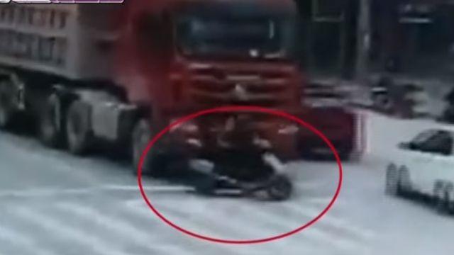 三貼騎車遭輾壓!「功夫姐」有練過 躲車輪逃生