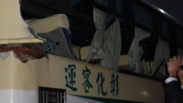 恐怖!客運擦撞怪手「掃破車窗」 學生遭劃傷