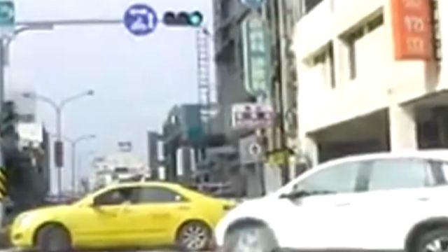  這樣開車好傻眼!小黃擋路 後方來車卡卡