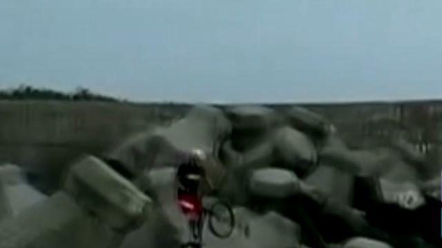 危險! 騎單車跳躍消波塊 挑戰極限運動