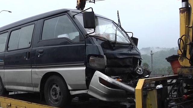 警車停國道內側車道 遭廂型車衝撞