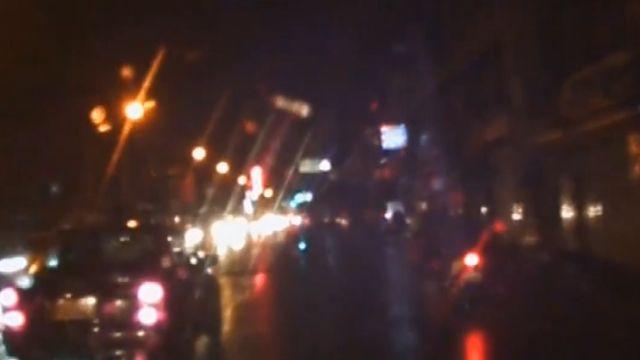 天雨路滑 騎士撞行人自摔 險被汽車輾
