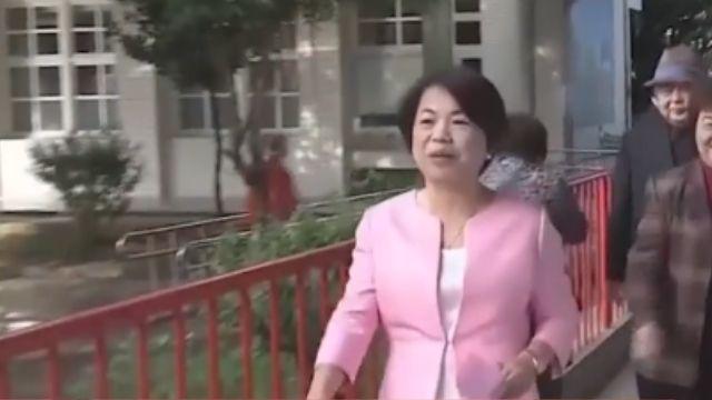 楊瓊瓔穿粉紅外套 與父母一同投票