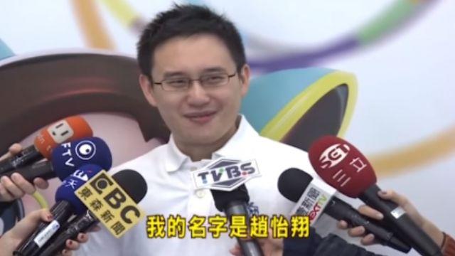 蔡國際記者會 「口譯哥」秀流利英文 網友:戀愛了