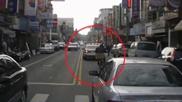 搶快!騎士雙載遭撞飛 單車怪男亂鑽車陣