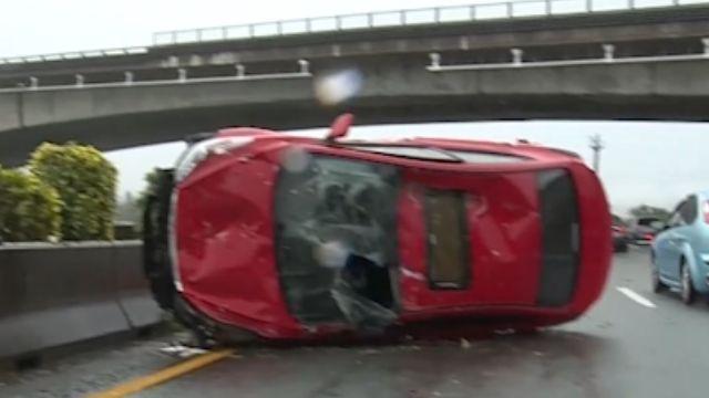 疑天雨路滑釀禍 國道追撞翻車意外1傷