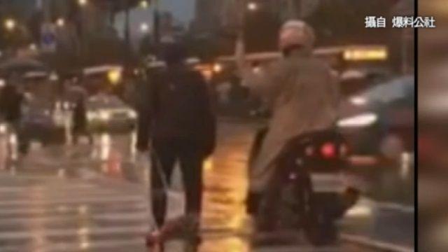 好溫暖!年邁阿伯過馬路 騎士、行人接力護送