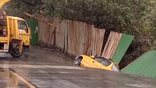 施工不慎?工地路面坍成大窟窿 2車陷入