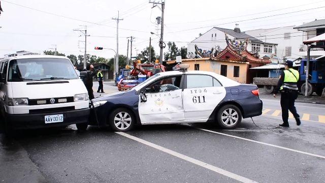 員警值勤「大迴轉」趕攔查 對撞聯結車!
