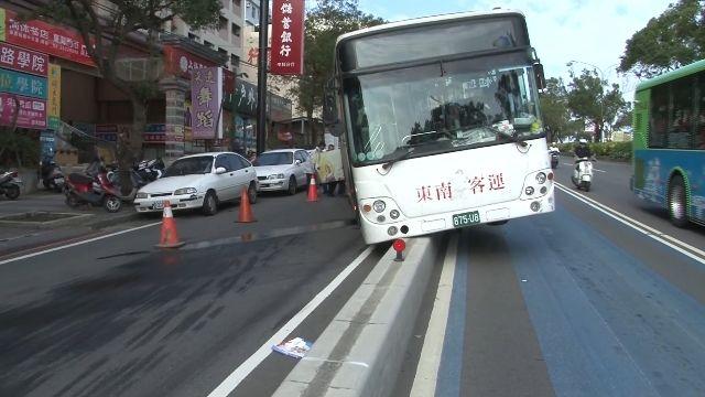 公車煞車失靈怕追撞 司機急中生智開上分隔島