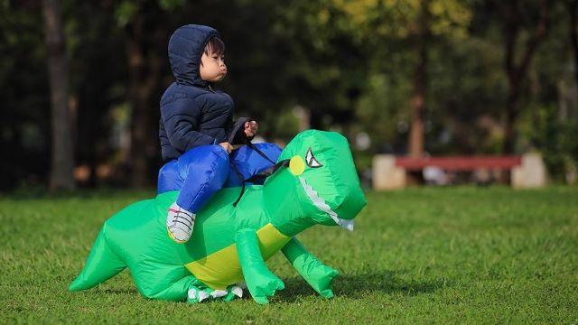 父子同樂玩空氣恐龍 結局竟慘不忍睹