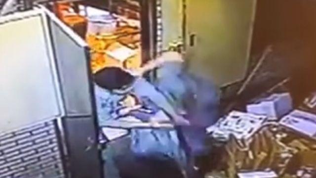 「用腳洗抹布」 老闆「教訓」工讀生 抓人丟後門毆打
