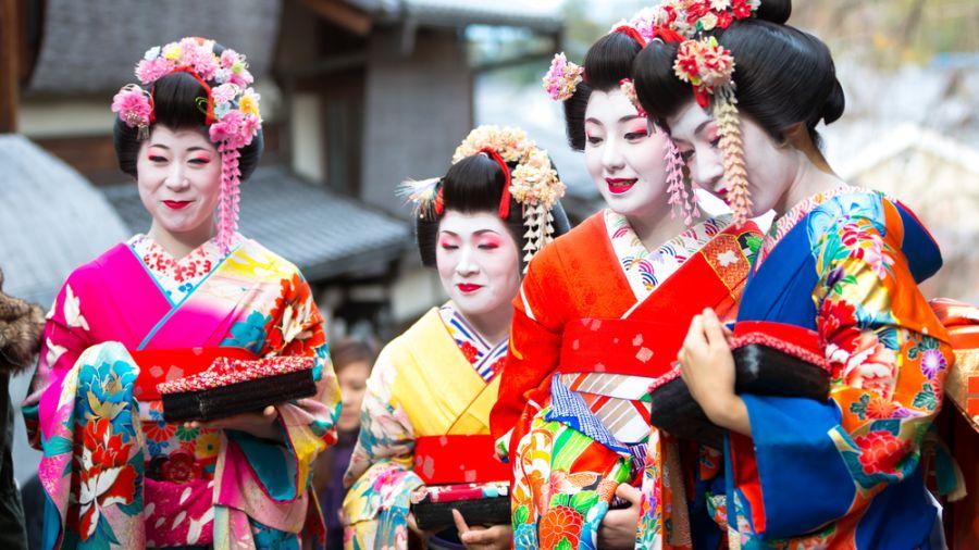 觀光客激動伸手觸碰 京都立牌「勿摸藝伎」