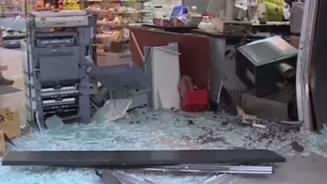 喝茫以為有路!酒駕撞進超商 玻璃碎一地