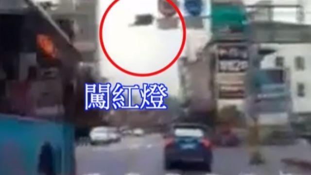 開車搶快撞騎士想逃被抓包 再闖紅燈落跑
