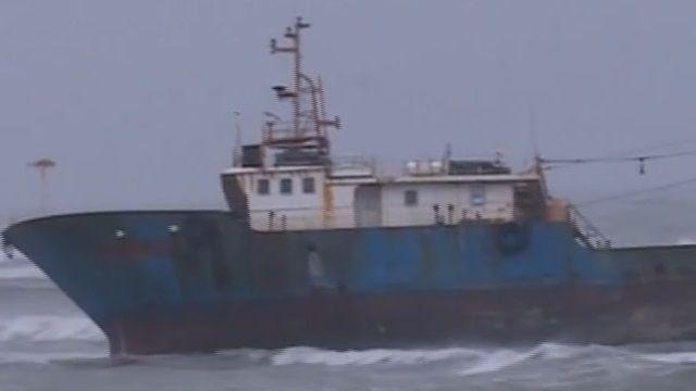 大陸籍貨輪避風擱淺 空警吊掛救出4人