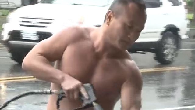 低溫洗車打赤膊 洗車行老闆超級猛男