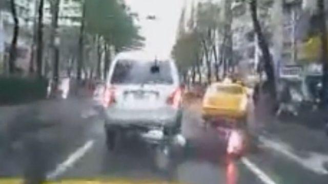 恐怖!騎士自摔 後方車輛閃避不及輾頭