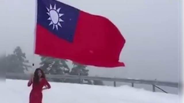 禮服正妹雪中高舉國旗!姿勢氣勢幾霸婚!